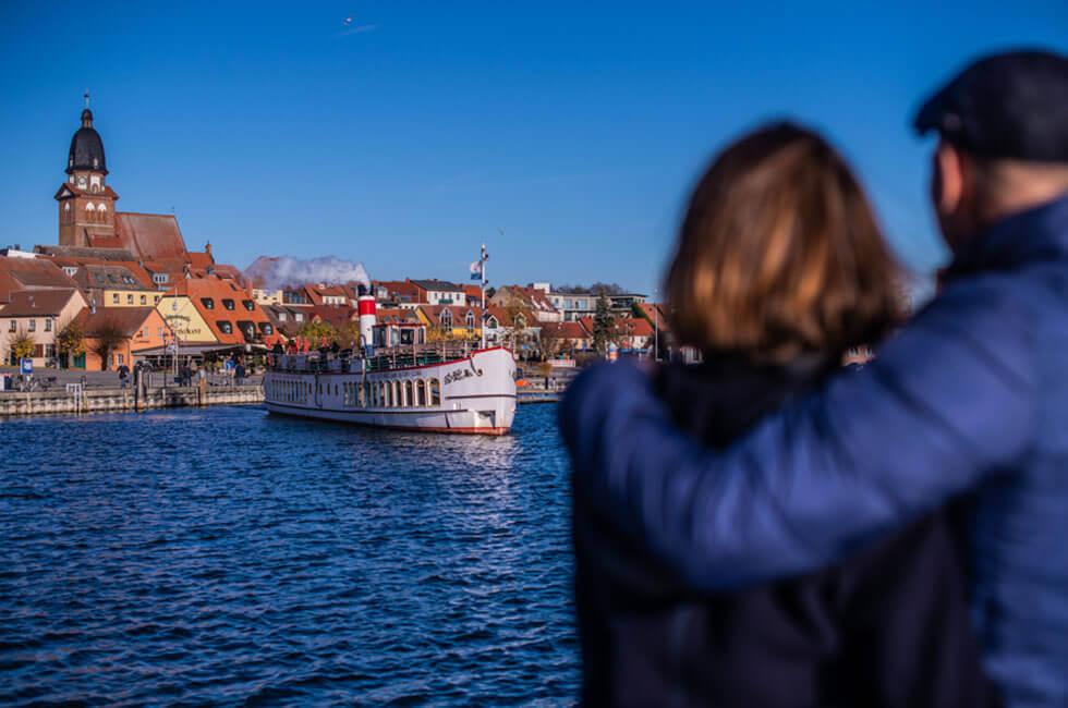 Sehen Sie am Hafen Waren dem Dampferschiff beim Auslaufen zu