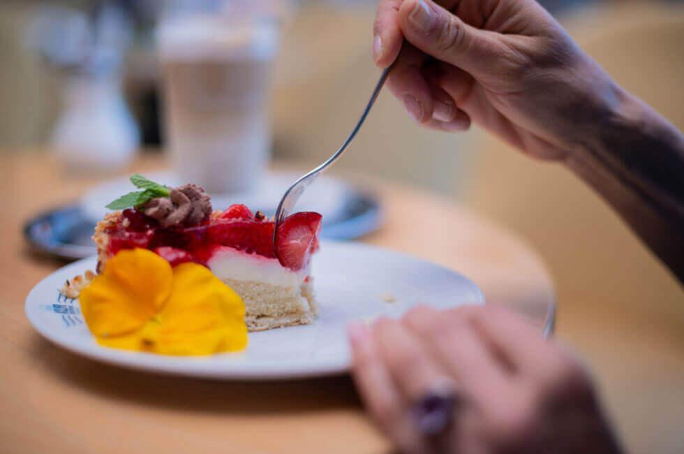 Genießen Sie leckere Kuchen und Kaffeespezialitäten an der Hotelbar