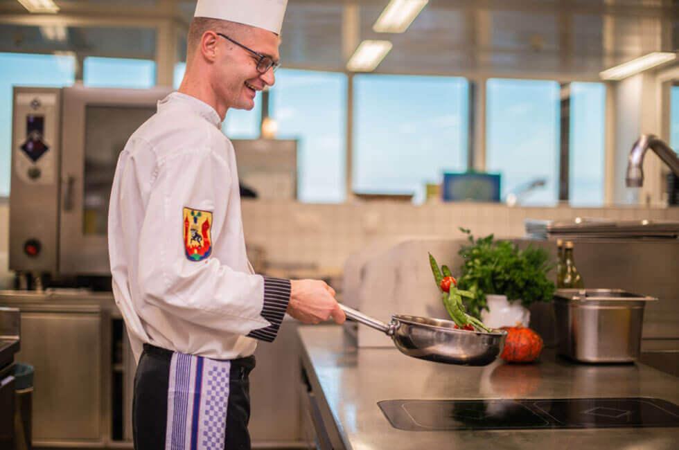 Gesunde und frische Gerichte mit Freude vom Küchenchef zubereitet