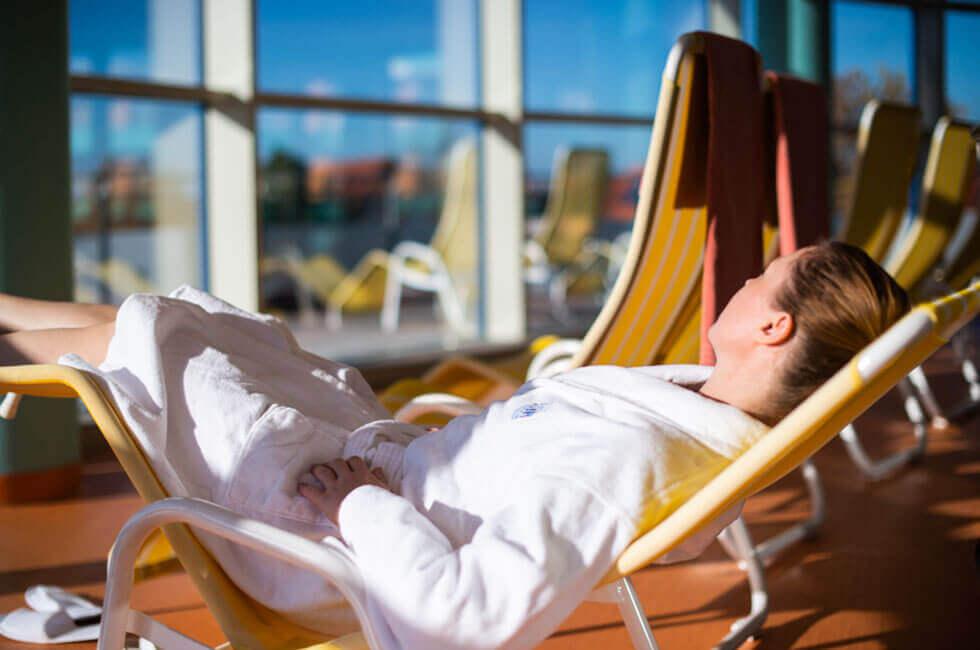 Finden Sie Entspannung und Erholung in der sonnigen Badelandschaft des Gesundheitshotels