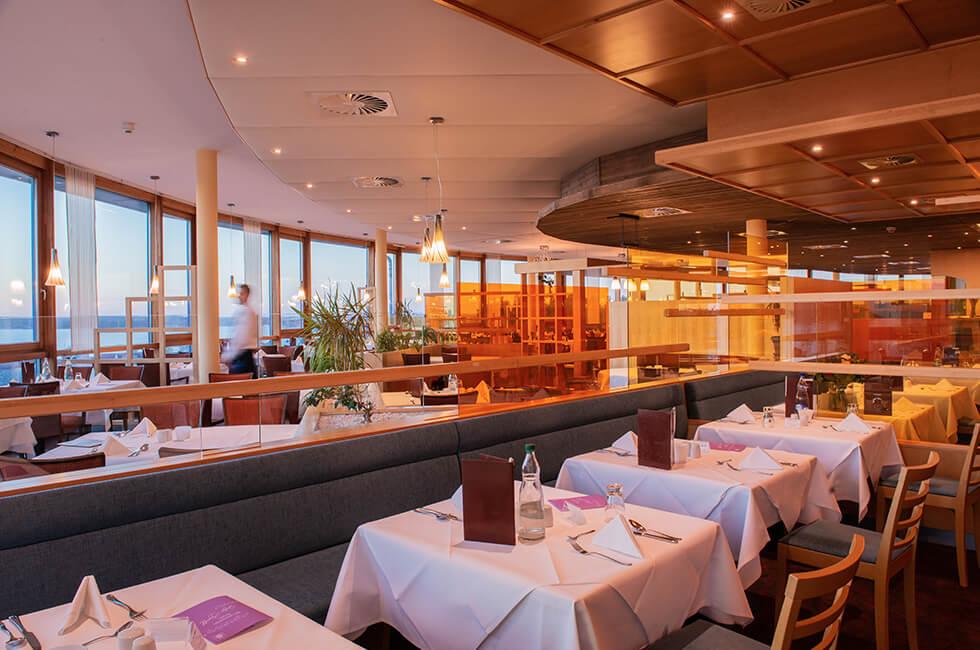 Das Hotelrestaurant bietet einen fantastischen Ausblick auf die Müritz