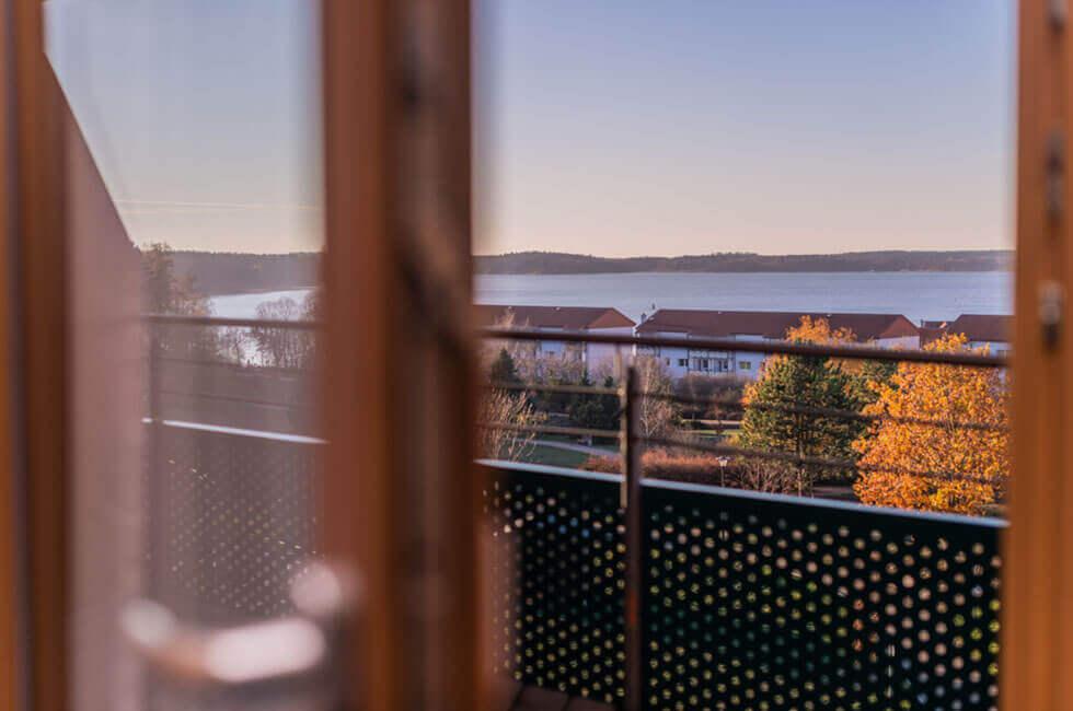 Einmaliger Ausblick vom Balkon des Vier-Sterne Hotels auf die Müritz