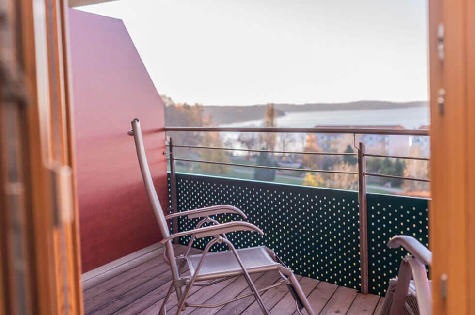 Genießen Sie den Ausblick von Ihrem Hotelbalkon auf die Müritz, den größten Binnensee Deutschlands